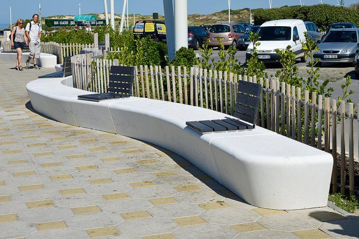 Le Touquet-zitbanken-beton-organisch -wit -zee-plein-urbanstyle
